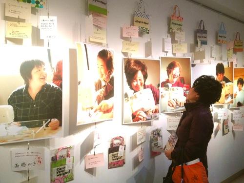3月に東京で行われた個展。壁一杯にお母さんたちの笑顔の写真とバッグが並んでいました。