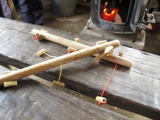 右上の紐を引っ張ると真ん中が引っ張られ、それを引っ張ると左下の紐が引っ張られ…と、構造が不思議で頭の中が「?」でいっぱいになる玩具。