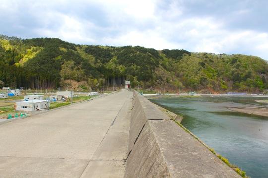 左手前に見える白い建物が、久米子さんが織り織りをしている倉庫です。
