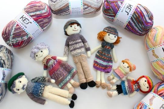 『家族の笑顔シリーズ』の毛糸で編んだ服を着た、可愛らしい人形