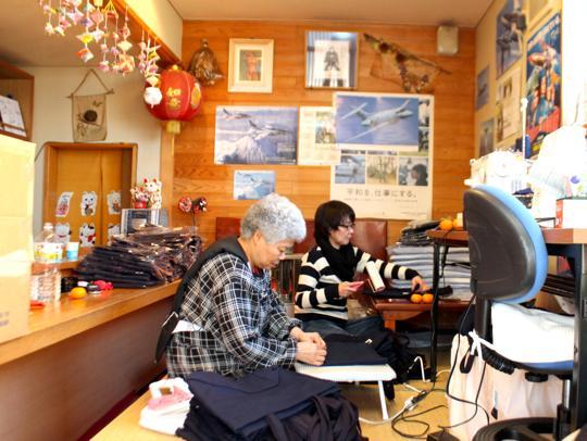 キャプション:「居酒屋さかえ」にて。この日は石田さんも来て作業していました。