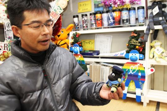 """里親会の福岡支部長・清藤さんも、何度もおのくんを""""里帰り""""させているひとり。つくり手のおかあさんたちやおのくんの兄弟たちの写真を撮り、福岡支部のメンバーに共有しているそう。"""