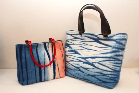 富岡の海を表現したバッグ。