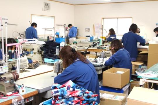 工場では、電子部品部門とバッグ部門、両方の社員が同じフロアで働いています。