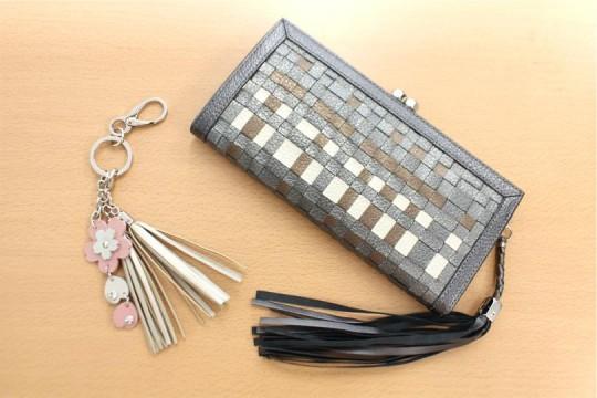 お財布やキーホルダー等の小物も製作しています。