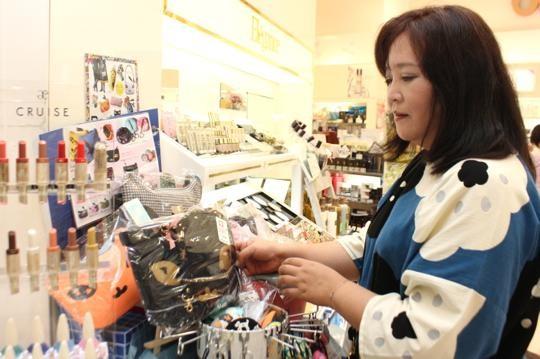 石巻の化粧品店『小野友』にて。石巻市内ではここを入れて3つのお店に製品を卸しています。