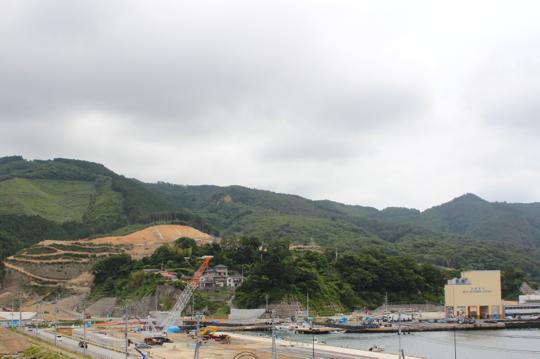 山を削り宅地造成が行われていますが、土砂災害や高齢者の孤立を懸念する声も。