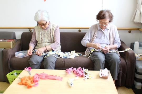 高齢者住宅でも、入居者のみなさんが布草履やコースターの製作に勤しんでいます。