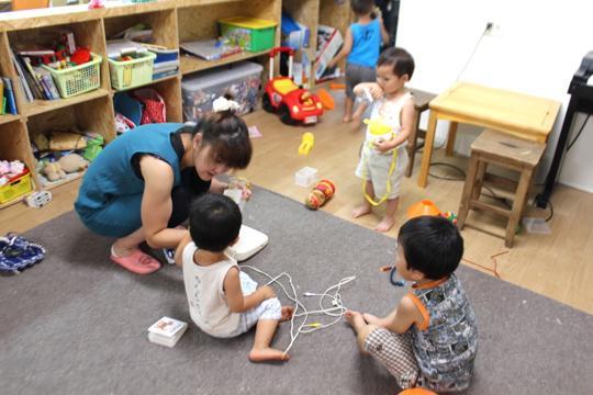 おもちゃや絵本がいっぱいの工房でのびのび遊ぶこどもたち