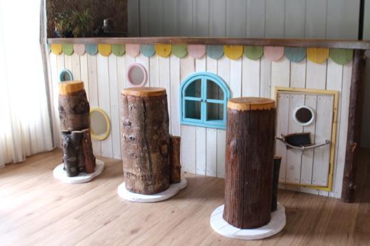 カフェのカウンターは、こどもの遊び心をくすぐる造り。
