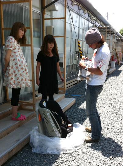 仮設住宅へオムツやミルクを届けにいく佐藤さん