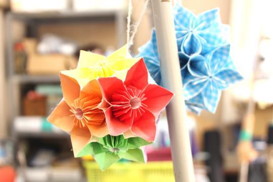菊地さんがつくった折り紙の飾り花。