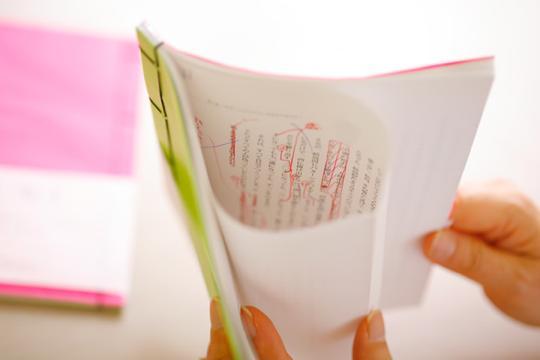 """キャプション:A5サイズで40ページ。価格は税込756円です。原稿や赤字が書かれた面を袋綴じにして隠し、""""覗く楽しさ""""を演出しました。"""