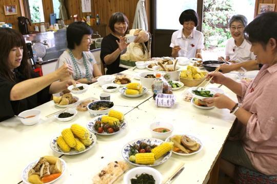 取材した日は持ち寄りパーティ。メンバーが収穫した山の幸、海の幸が並びました。
